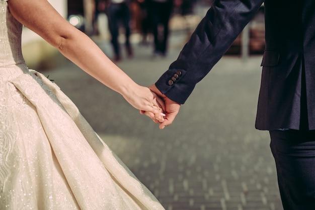 Bruidspaar loopt hand in hand