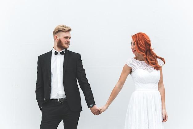 Bruidspaar op een wandeling