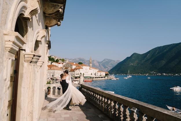 Bruidspaar op het hotelterras met panoramisch uitzicht. montenegro