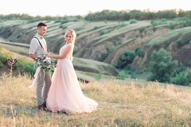 Bruidspaar over de aard in zomerdag. de bruid en bruidegom op de bruiloft.