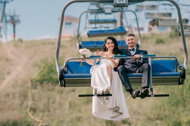 Bruidspaar rijden kabelbaan.