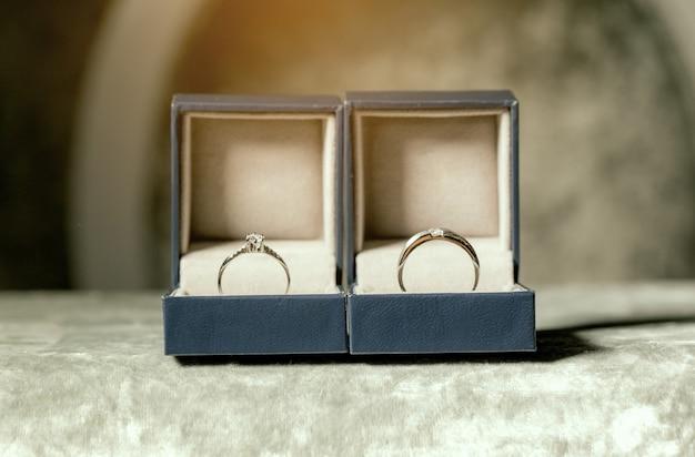 Bruidspaar ringen in vakken geplaatst