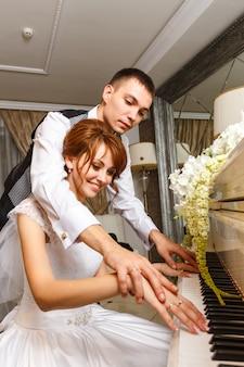 Bruidspaar spelen op een piano