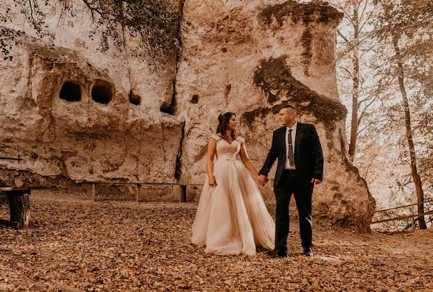 Bruidspaar verliefd man en vrouw wandelen in herfst bos