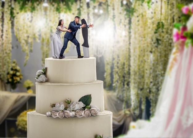 Bruidstaart, bruid en bruidegom beeldjes op de bovenkant