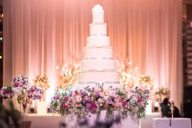 Bruidstaart in de bruiloftszaal