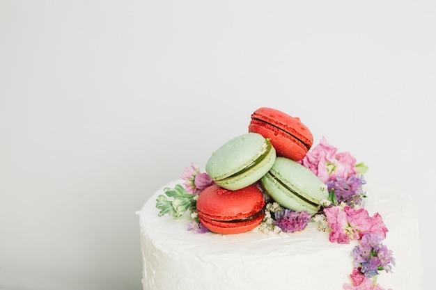 Bruidstaart met bloemen