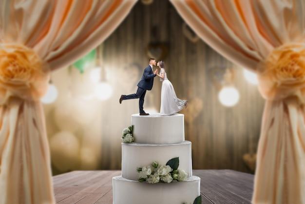 Bruidstaart met bruid en bruidegom op de top