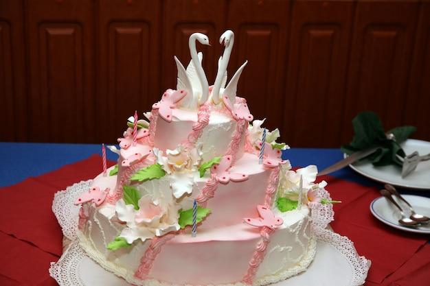 Bruidstaart met decoratieve zwanen close-up