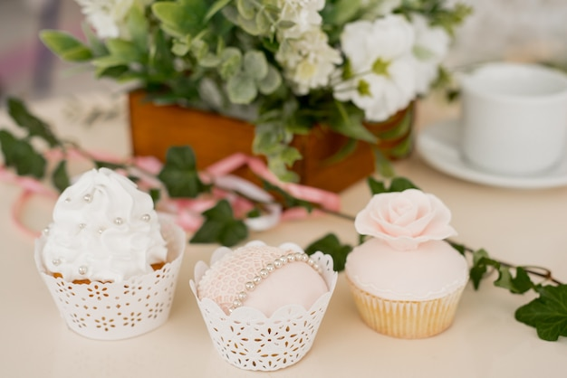 Bruidstaart met elegante decoratie