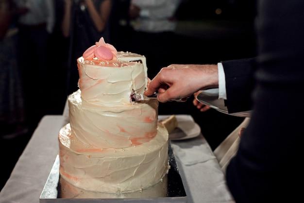 Bruidstaart op de bruiloft van de pasgetrouwden Premium Foto