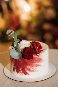 Bruidstaart op de bruiloft van de pasgetrouwden