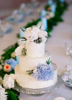 Bruidstaart op de bruiloftstafel.