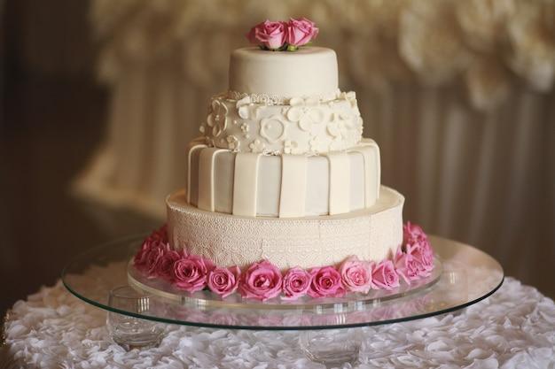 Bruidstaart op de tafel. mooie kleurrijke zoete bruidstaart