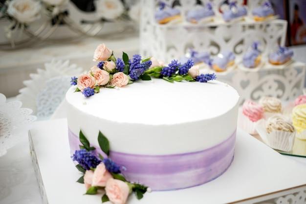 Bruidstaart versierd met bloemen
