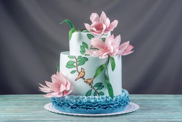 Bruidstaart versierd met roze bloemen