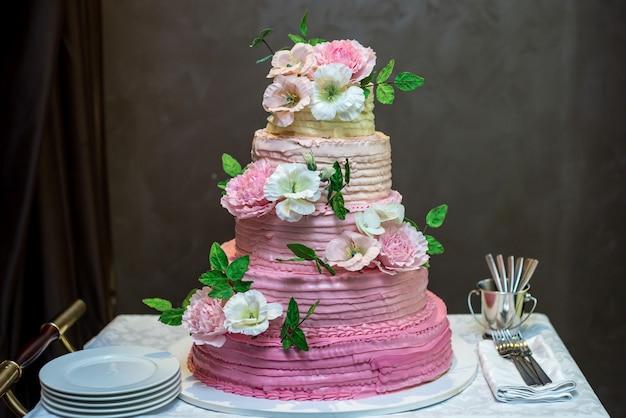 Bruidstaart versierd met roze en witte bloemen