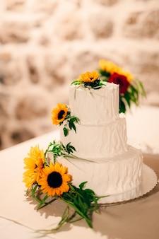 Bruidstaart versierde bloemen van zonnebloem