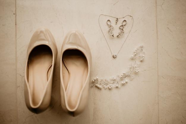 Bruidstoebehoren op huwelijksdag