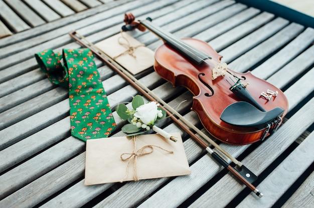 Bruiloft accessoires en een viool