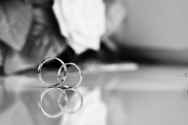 Bruiloft accessoires ringen handen bruid, borduurwerk decoratie bruidegom bloemen dag schoonheid
