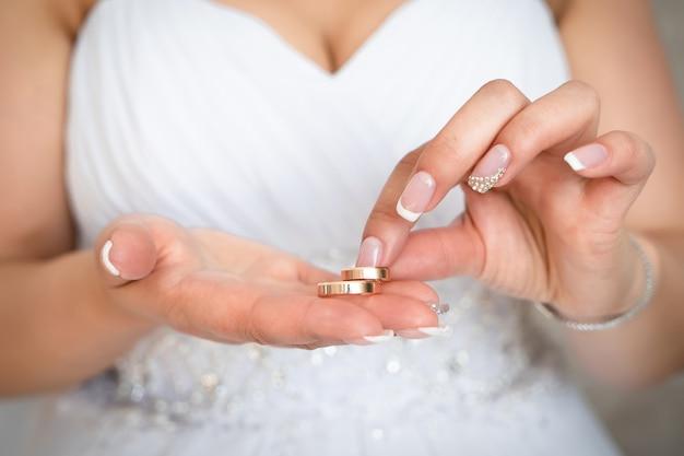Bruiloft accessoires ringen handen bruid, decoratie bruidegom bloemen dag schoonheid