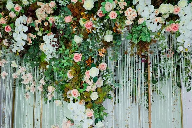 Bruiloft achtergrond, bruiloft bloem decoratie, roze muur, kleurrijke achtergrond, verse roos, bos van bloem