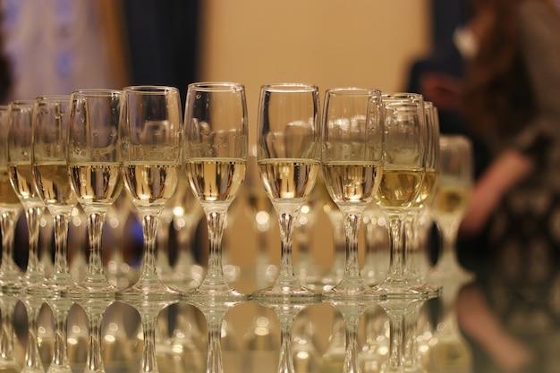 Bruiloft attributen en accessoires. bruidsboeket en champagneglazen.