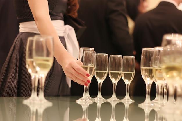 Bruiloft attributen en accessoires. bruidsboeket en champagneglazen. Premium Foto