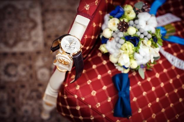 Bruiloft attributen. let op de bruidegom; de vlinderdas en het boeket