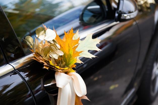 Bruiloft auto versierd met bloemen