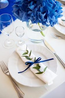 Bruiloft blauwe decoraties op tafel en lavendel