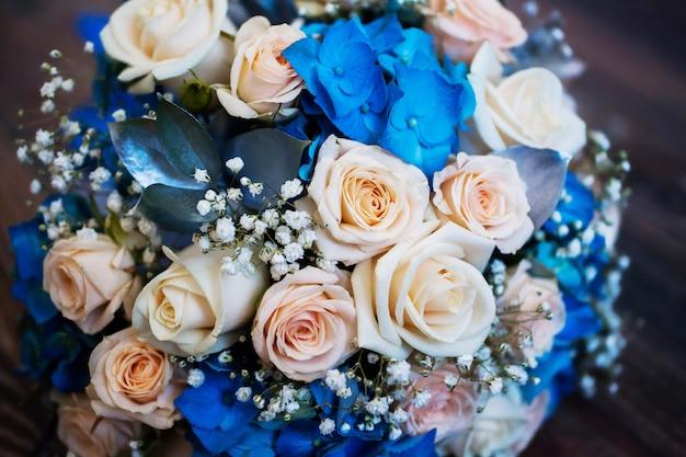 Bruiloft bloemen, boeket roze rozen en blauwe bloemen, rozen, voorbereiding voor de bruiloft, bruiloft boeket
