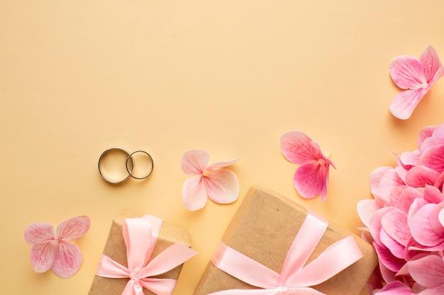 Bruiloft bloemen concept en geschenkdozen