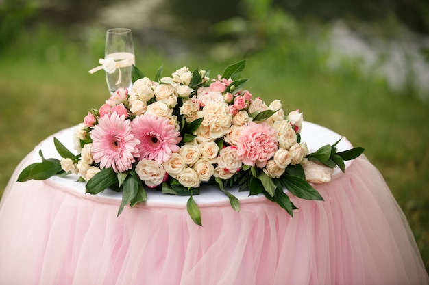 Bruiloft bloemen en champagne glas op tafel