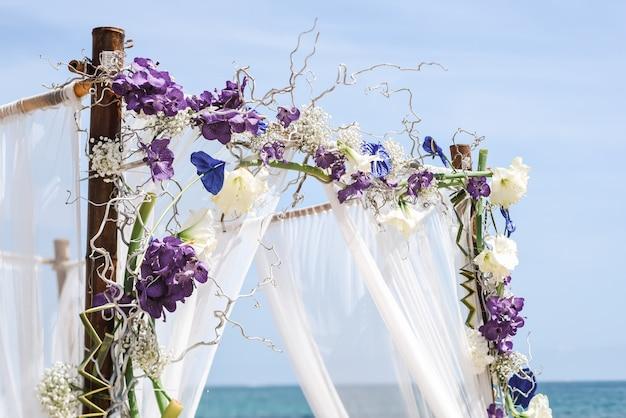 Bruiloft bloemen setup op strand