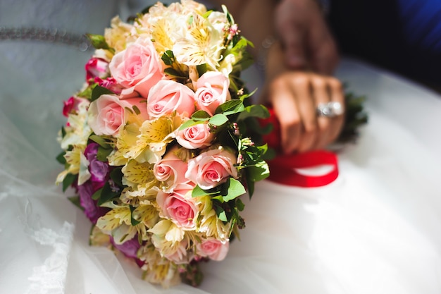 Bruiloft boeket, bouqet van mooie bloemen op trouwdag