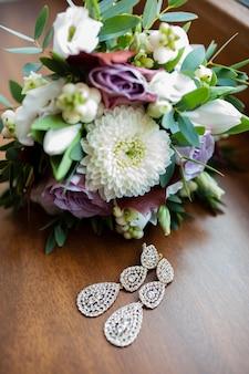 Bruiloft boeket en bruidsmeisje oorbellen.