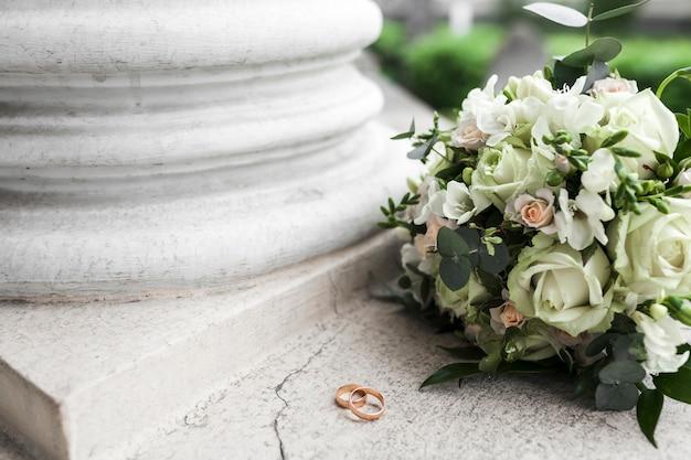 Bruiloft boeket en ringen