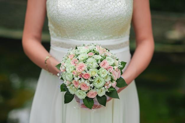 Bruiloft boeket in de handen van de bruid