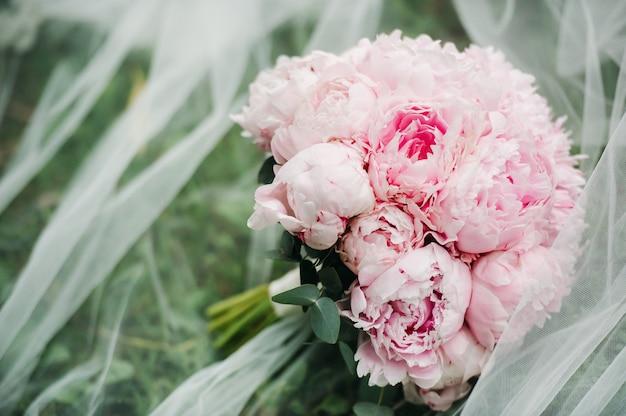 Bruiloft boeket met pioenrozen op de bruiloft. mooi boeket bloemen.