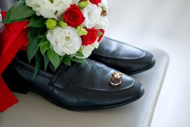 Bruiloft boeket met ringen en herenschoenen