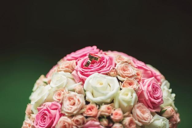 Bruiloft boeket met ringen