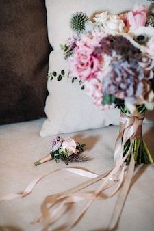 Bruiloft boeket met rozen en corsages.the decor op de bruiloft.