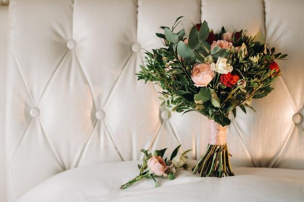 Bruiloft boeket met rozen en corsages.