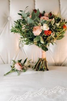 Bruiloft boeket met rozen en corsages