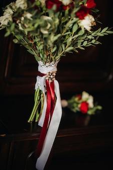 Bruiloft boeket met rozen en corsagesthe decor op de bruiloft