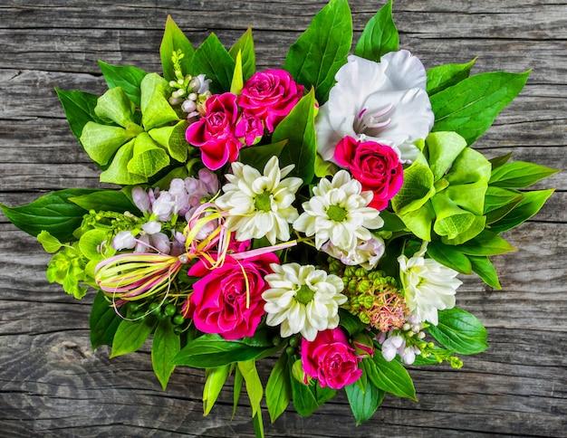 Bruiloft boeket met rozen en witte gerbera's
