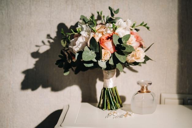 Bruiloft boeket met rozen op tafel