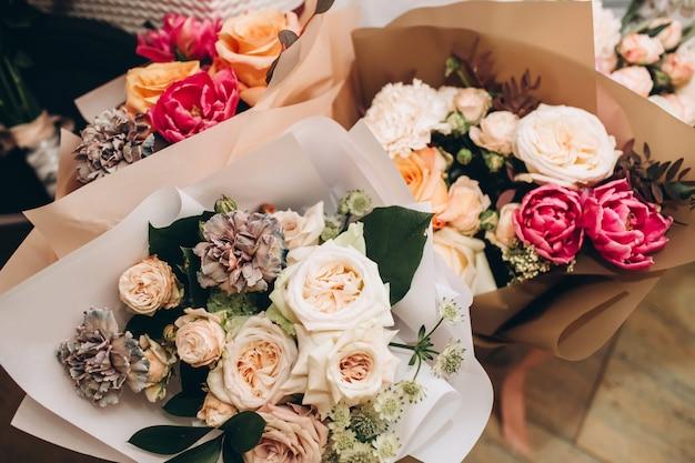 Bruiloft boeket rozen, bessen en lelies met protea bloem